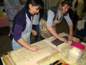Asszonyműhelyben mákos-diós kalács készül