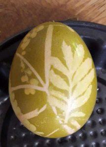 A bársonyka főzetében a levélrátétes tojás ilyen színű lett